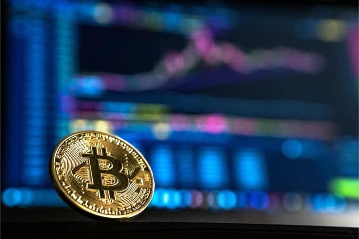 Bitcoin delante de la pantalla de un equipo portátil. Representa el rescate exigido en el ataque de ransomware WannaCry
