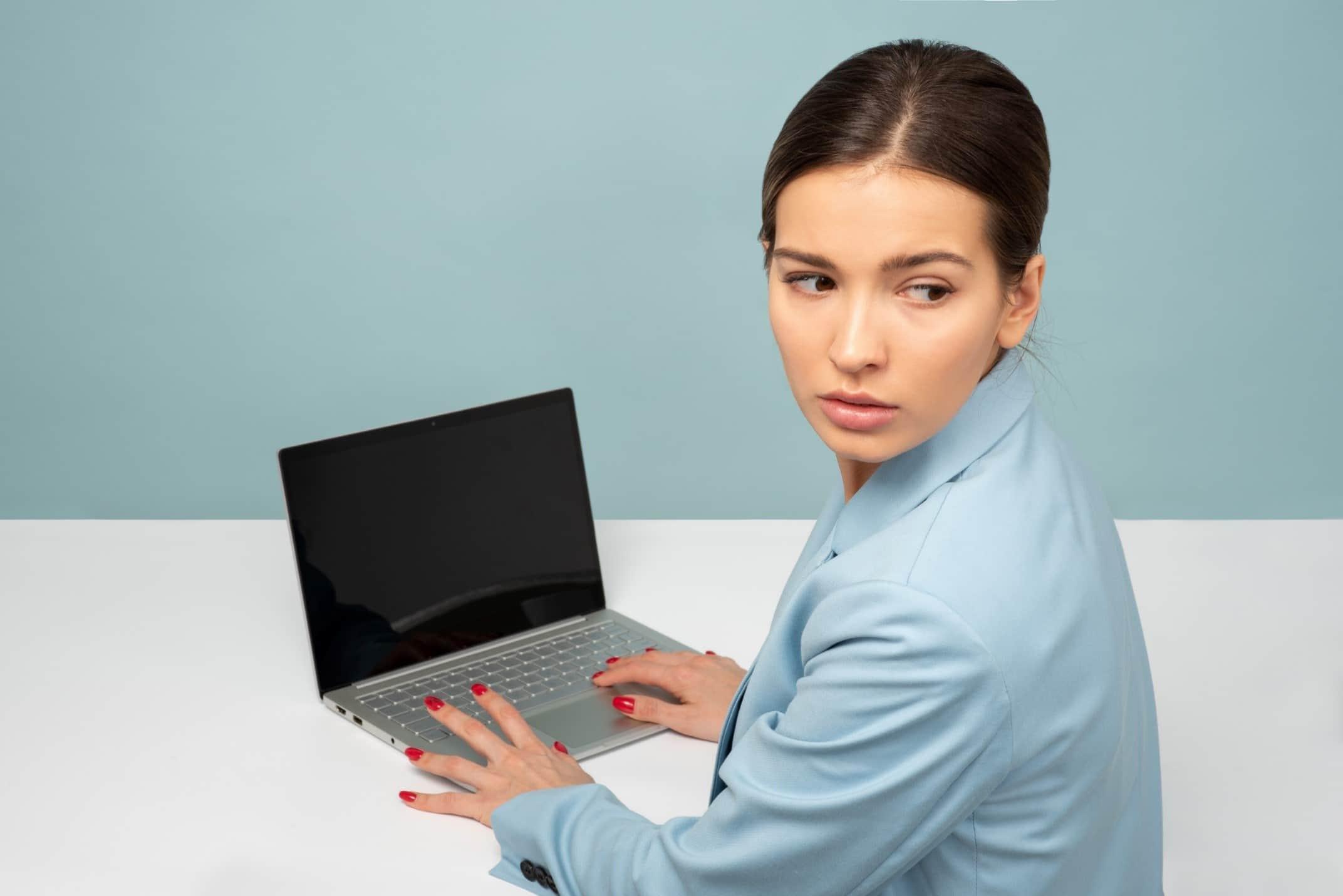 cómo una contraseña segura protege tu laptop de los hackers